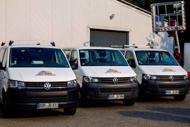 Firmenfahrzeuge mit unserem Firmenlogo. So können Sie uns auf der Straße erkennen.